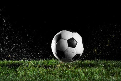 Leisure Activity「Soccer ball in motion over grass」:スマホ壁紙(12)