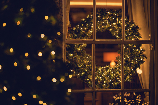 Christmas「View through a window of a Christmas wreath in a living room」:スマホ壁紙(12)