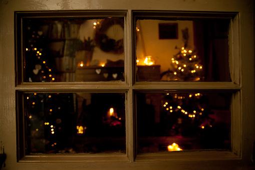 Christmas Lights「View into a festive living room at Christmas」:スマホ壁紙(2)