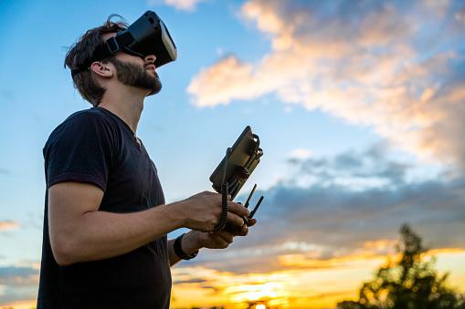 大人のみ「仮想現実ゴーグル ヘッドセットとドローンを飛ぶ男」:スマホ壁紙(16)