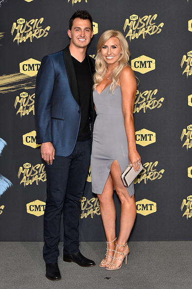 Cream Colored Shoe「2018 CMT Music Awards - Arrivals」:写真・画像(0)[壁紙.com]