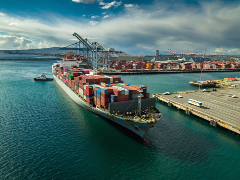 Pier「Tug Boat Maneuvering Cargo Ship at Dockside in Port of Long Beach」:スマホ壁紙(1)