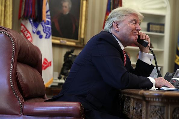 Telephone「President Trump Calls Prime Minister Of Ireland From Oval Office」:写真・画像(4)[壁紙.com]