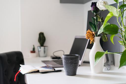 Vase「Nptebook, flower and laptop on desk at home」:スマホ壁紙(18)