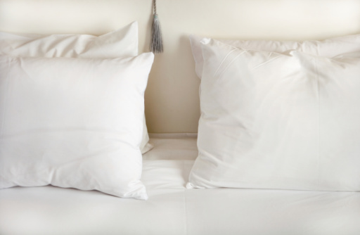 Pillow「White pillows on bed」:スマホ壁紙(11)