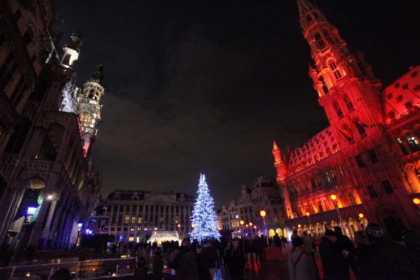 Illuminated「Christmas Lights Illuminate La Grand Place In Brussels」:写真・画像(18)[壁紙.com]