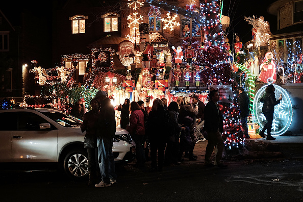 Tourism「Crowds Flock To Dyker Heights, Brooklyn For Annual Christmas Lights Display」:写真・画像(14)[壁紙.com]