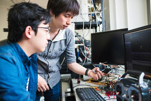 日本文化「Students working on their drone design」:スマホ壁紙(15)