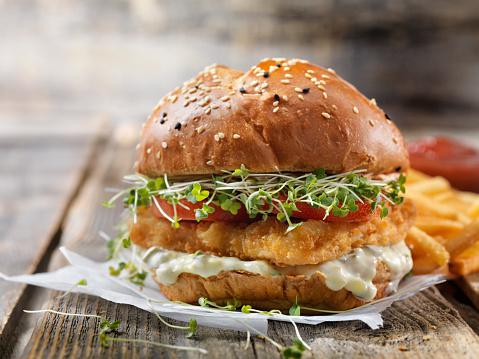 Appetizer「Crispy Fish Burger with Tarter Sauce, Lettuce, Tomato on a Brioche Bun」:スマホ壁紙(0)