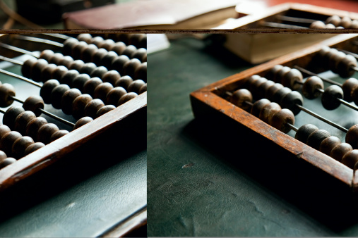 Calculator「An abacus laying on a green table」:スマホ壁紙(9)