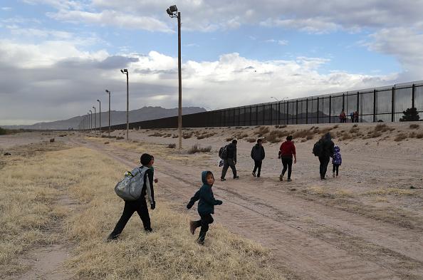 Southern USA「U.S. Customs And Border Patrol Agents Patrol Border In El Paso, TX」:写真・画像(3)[壁紙.com]