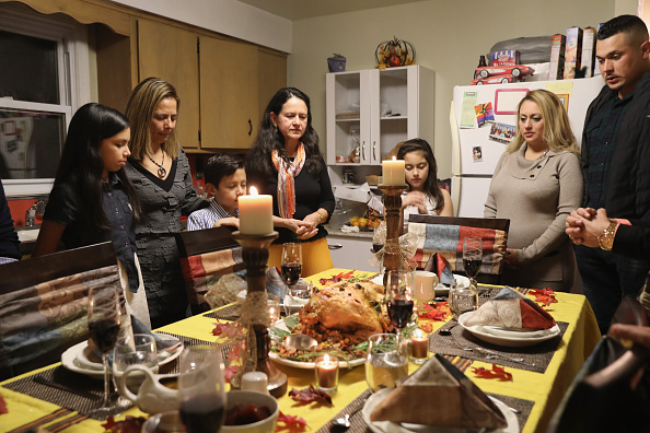 Dinner「Immigrant Families Celebrate Thanksgiving In Connecticut」:写真・画像(3)[壁紙.com]