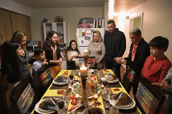 Dinner「Immigrant Families Celebrate Thanksgiving In Connecticut」:写真・画像(2)[壁紙.com]