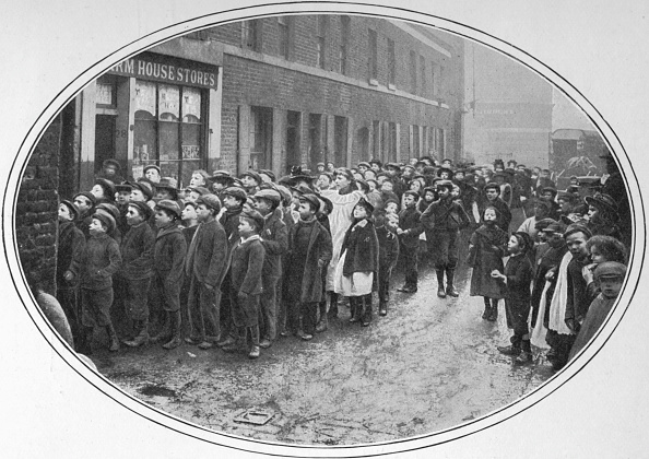 1900-1909「Children waiting for free meals, London, c1900 (1901)」:写真・画像(15)[壁紙.com]