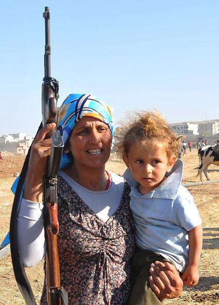 Stringer「Syrian Kurds Fleeing The Islamic State Militants Cross Into Turkey」:写真・画像(18)[壁紙.com]