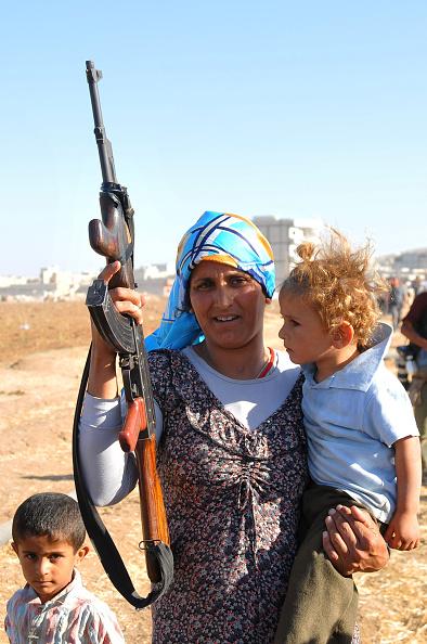 Stringer「Syrian Kurds Fleeing The Islamic State Militants Cross Into Turkey」:写真・画像(19)[壁紙.com]