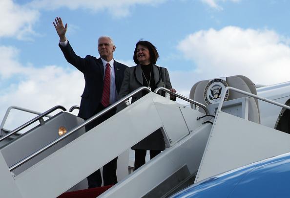 Two People「Vice President Pence Addresses Republican Retreat In Philadelphia」:写真・画像(4)[壁紙.com]