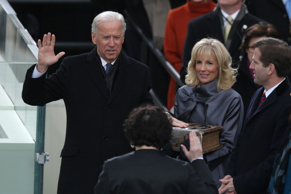 Inauguration Into Office「Barack Obama Sworn In As U.S. President For A Second Term」:写真・画像(1)[壁紙.com]