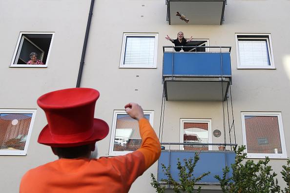 Crisis「Performing Artist Offers Balcony Bingo During The Coronavirus Crisis」:写真・画像(5)[壁紙.com]