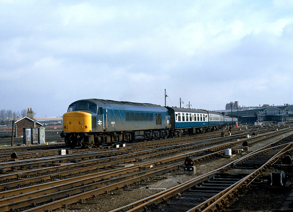 Railroad Track「York. No.45.070 heads a bank holiday releif train for Penzance south out of York. 06.04.1985.」:写真・画像(16)[壁紙.com]