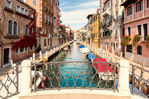Alley「Italy, Venice, Rio de la Fornace, alley and boats at canal」:スマホ壁紙(6)