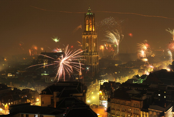 Netherlands「Fireworks Welcome In The New Year In Utrecht」:写真・画像(3)[壁紙.com]