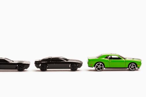 並んでいる「Green and black toy cars.」:スマホ壁紙(3)