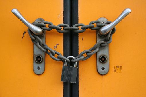 Denmark「Closed plus locked with chain and padlock」:スマホ壁紙(14)