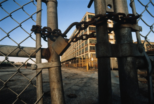Deterioration「Rusty padlock and chain on gates of closed automobile plant」:スマホ壁紙(16)