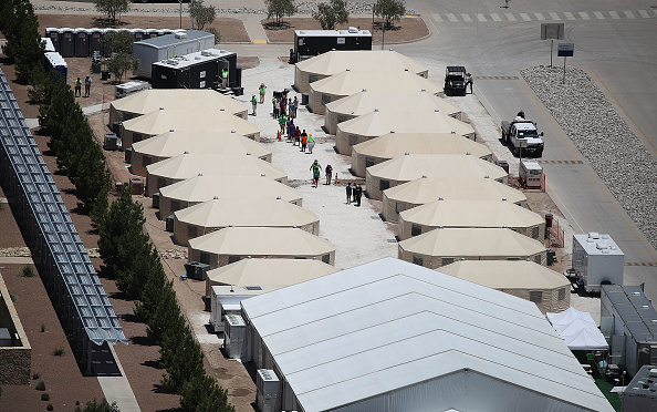 Tent「New Tent Camps Go Up In West Texas For Migrant Children Separated From Parents」:写真・画像(11)[壁紙.com]