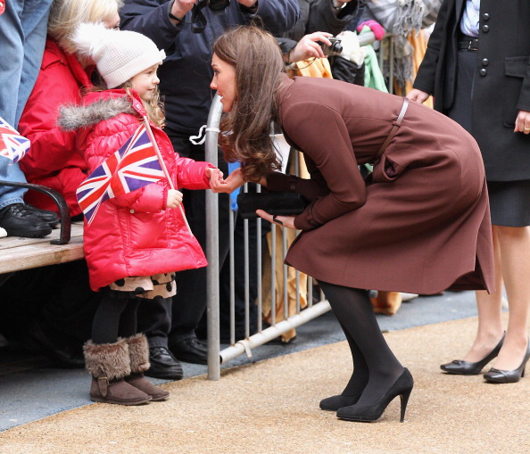 Squatting Position「The Duchess Of Cambridge Visits Liverpool」:写真・画像(3)[壁紙.com]