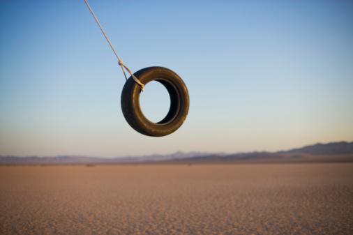 Remote Location「Tire swing in desert」:スマホ壁紙(2)