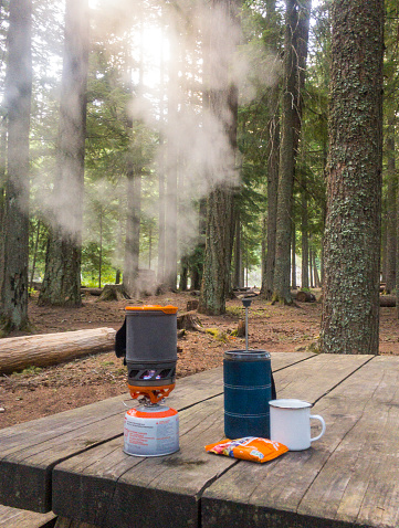 Camping「Steam coming out of camping stove standing on wooden table in¬ÝMount Hood National Forest, Oregon, United States」:スマホ壁紙(19)