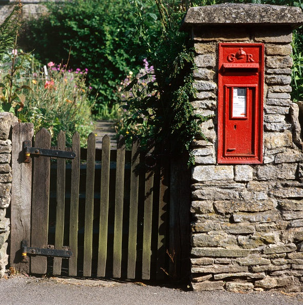 Mailbox「Wall-mounted post box and wooden gate, Upper Slaughter, Cotswolds, Gloucestershire, c2000s(?)」:写真・画像(17)[壁紙.com]