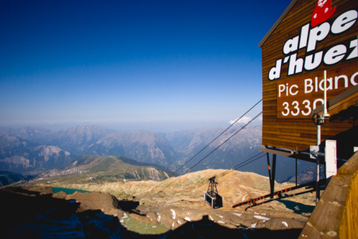 Ski Resort「France, Rhone-Alpes, Isere, Alpe d'Huez, cable car station on top of Pic Blanc mountain」:スマホ壁紙(2)