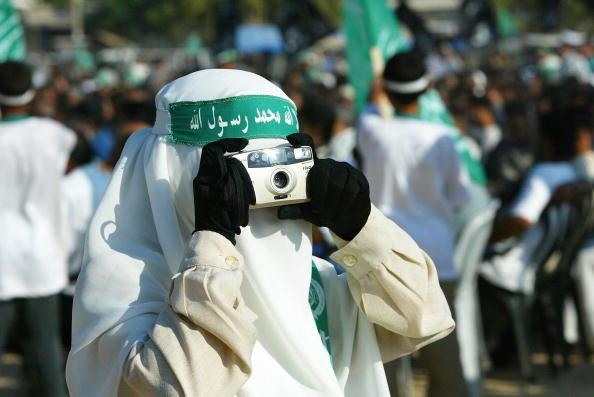 背景に人「Pro-Hamas Supportors attend A Rally To Commemorate Senior Hamas Militant Leader Salah Shehada」:写真・画像(3)[壁紙.com]