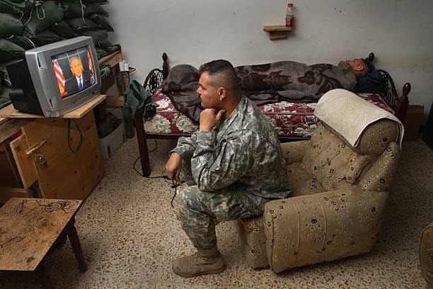 U.S. Troops Watch President Bush's Speech On Iraq:ニュース(壁紙.com)