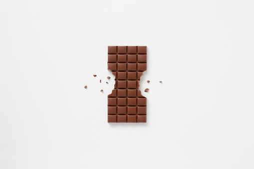 Sweet Food「Block of chocolate bar with sides bitten off and chocolate crumbs」:スマホ壁紙(2)