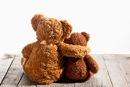 Two Objects「Two teddy bears, arm on shoulder, back view on wood」:スマホ壁紙(3)