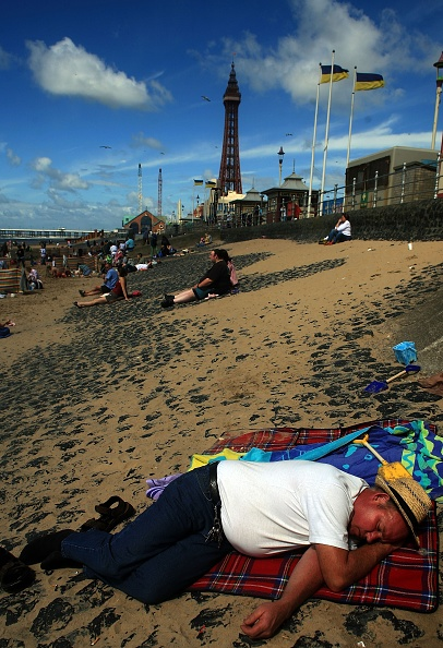 Heat - Temperature「British Families Take To Seaside As Summer Weather Arrives」:写真・画像(10)[壁紙.com]