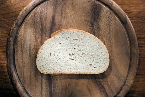 Bread「Slice of white bread on wooden chopping board」:スマホ壁紙(16)
