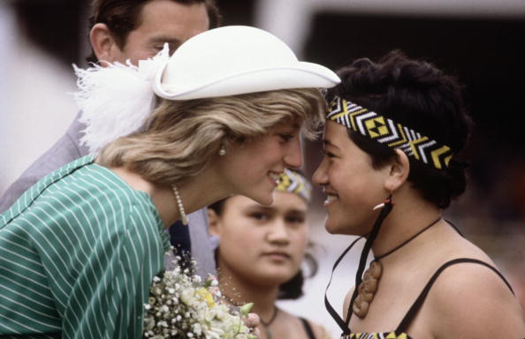 Greeting「Diana Princess of Wales is given the traditional Maori greeting of a nose rub」:写真・画像(17)[壁紙.com]