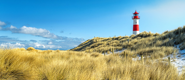 Island「Red and white striped lighthouse on sand dunes of island Sylt in winter」:スマホ壁紙(11)
