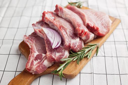 Cutting Board「Raw pork chops on a wooden chopping board」:スマホ壁紙(8)