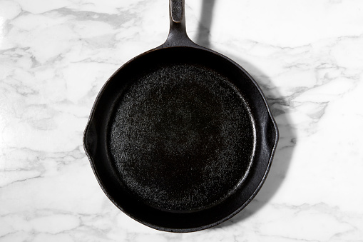 Cast Iron「Overhead shot of an empty cast iron skillet on marble」:スマホ壁紙(9)