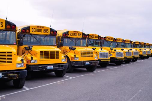 並んでいる「学校バスライン」:スマホ壁紙(0)