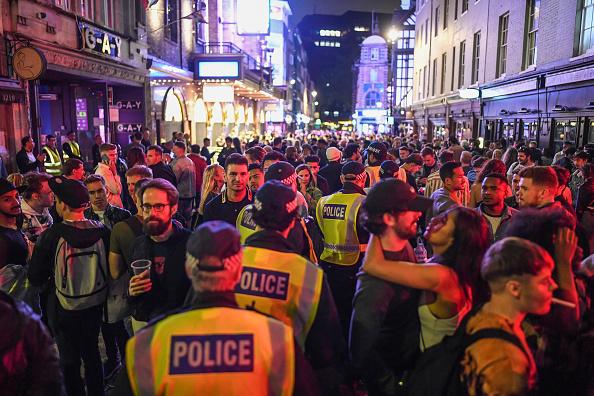 英国 ロンドン「UK Pubs And Restaurants Reopen After Coronavirus Lockdown」:写真・画像(14)[壁紙.com]
