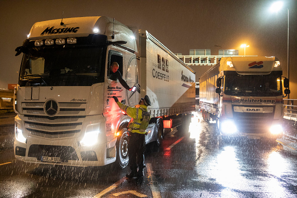 Semi-Truck「Travel From UK To France Remains Suspended Over Covid-19 Concerns」:写真・画像(13)[壁紙.com]