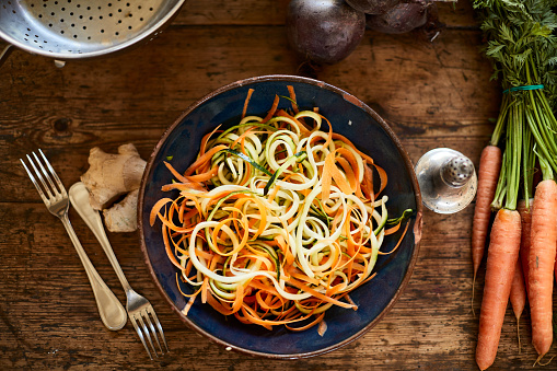Zucchini「Zucchini pasta and salad on a wooden table seen from above.」:スマホ壁紙(14)