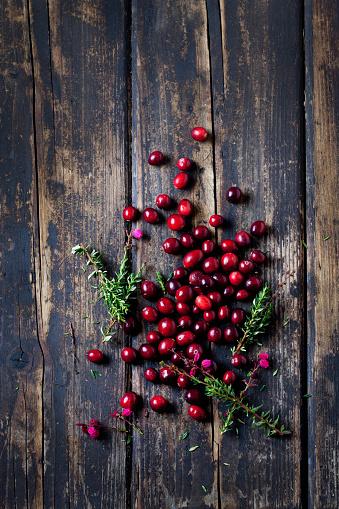 Cranberry「Fresh cranberries and heather on dark wood」:スマホ壁紙(4)